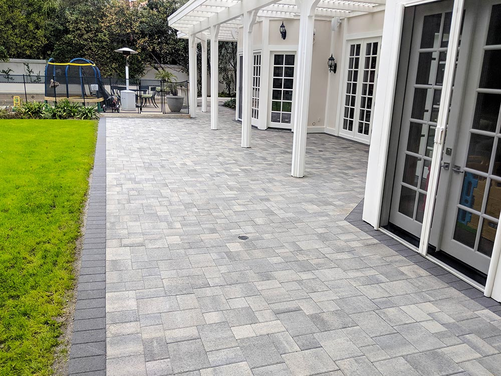 Angelus Courtyard Gray Charcoal Patio Pavers