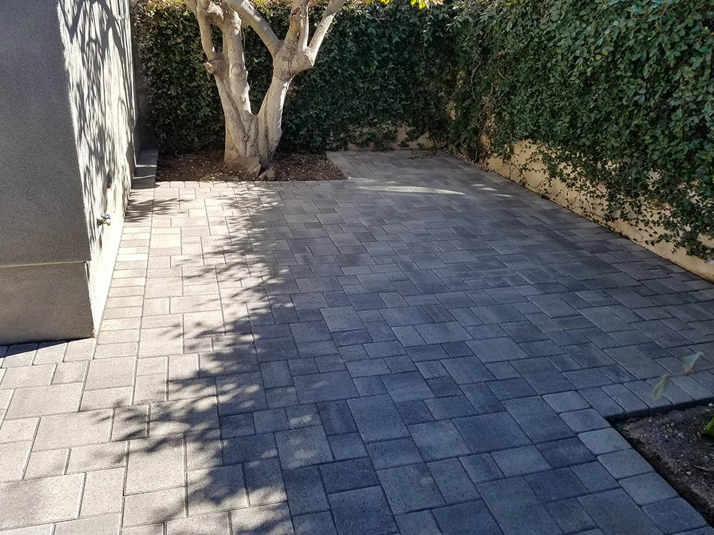 Angelus Courtyard Gray Charcoal Paver Patio
